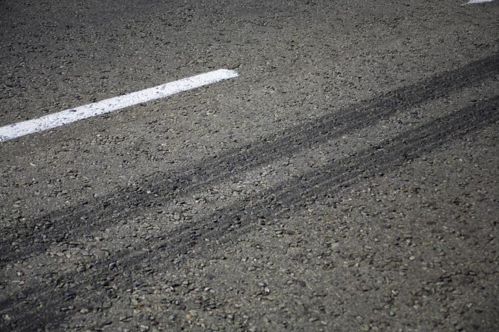 急ブレーキの車のタイヤ痕
