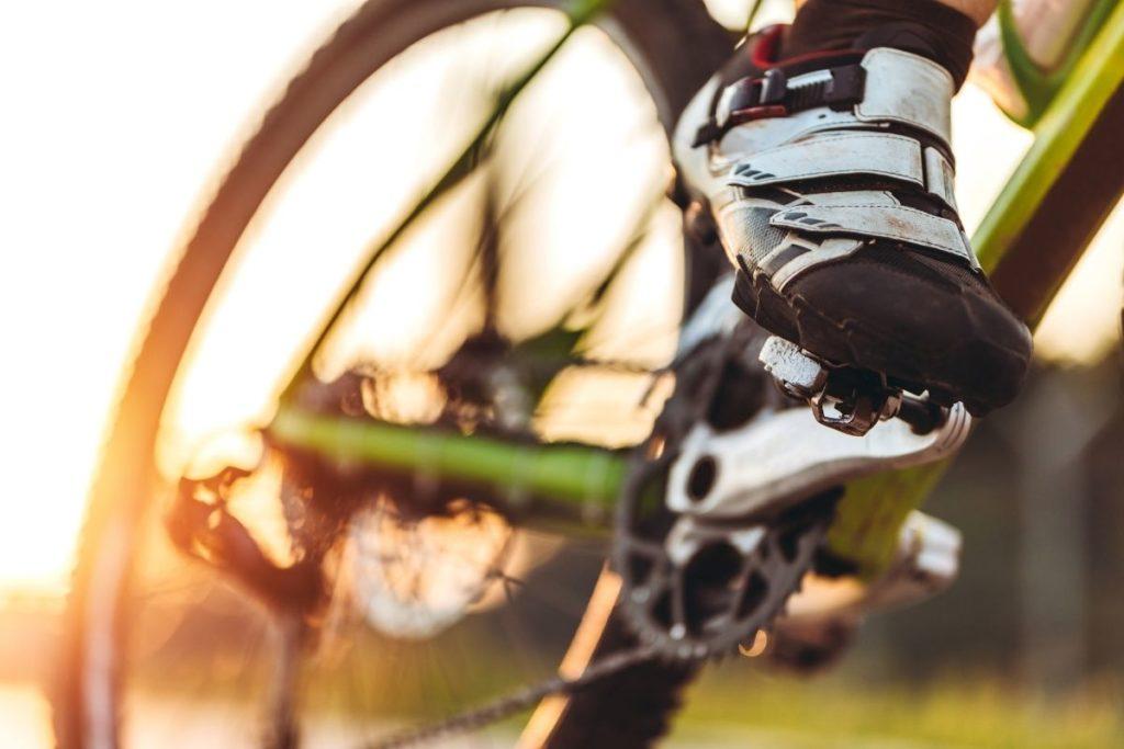 自転車のペダルをこぐ