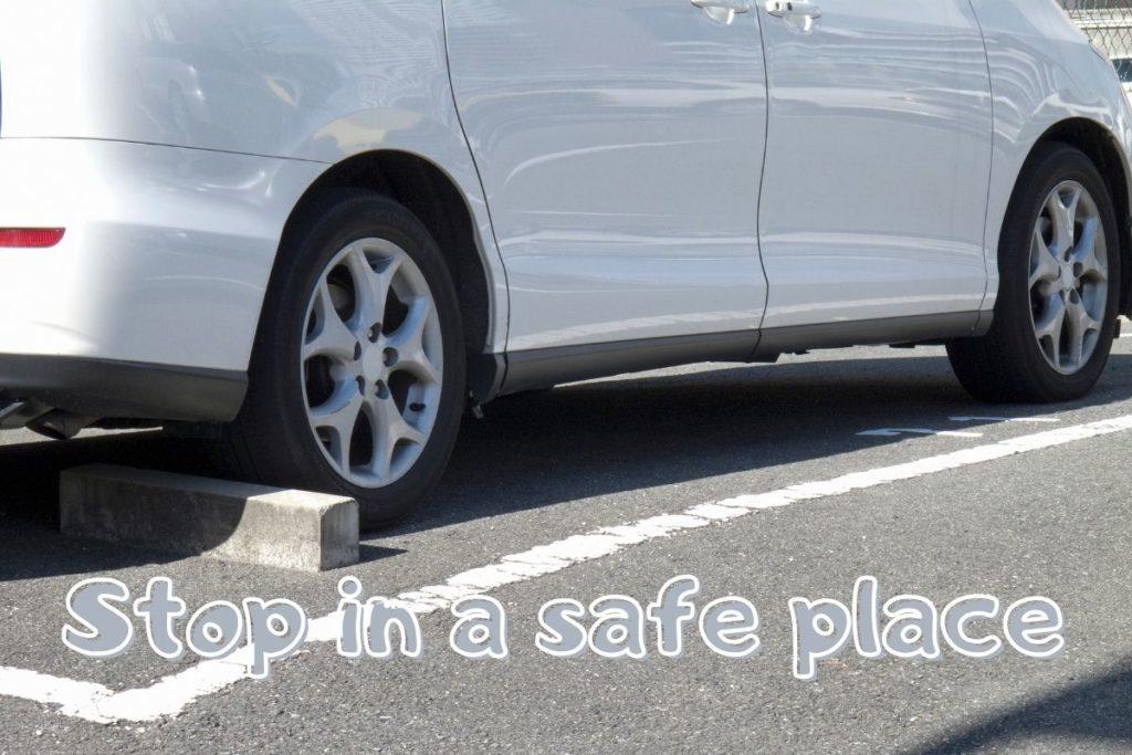 駐車場に停めた白い車