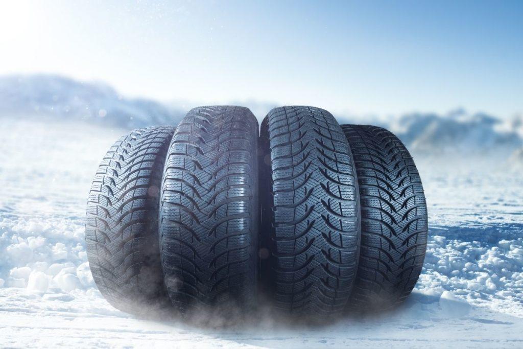 雪と4本のスタッドレスタイヤ
