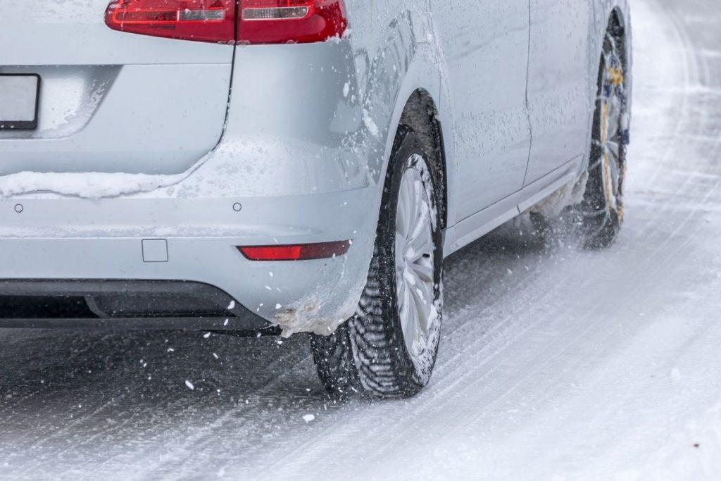 凍結した路面を走る車