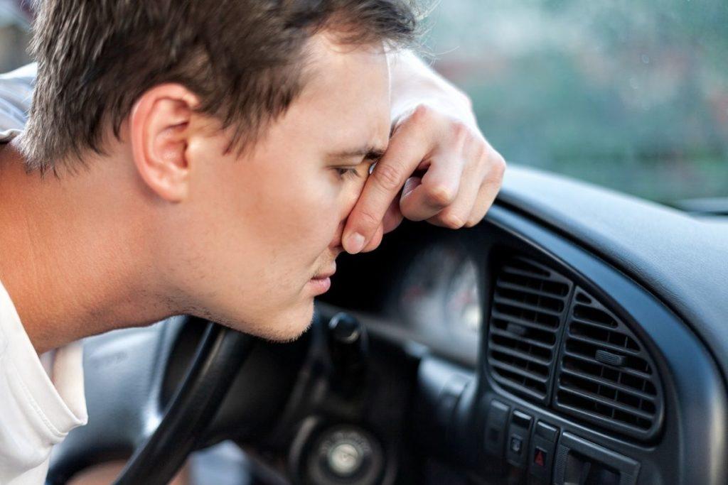 車のエアコンから悪臭がする