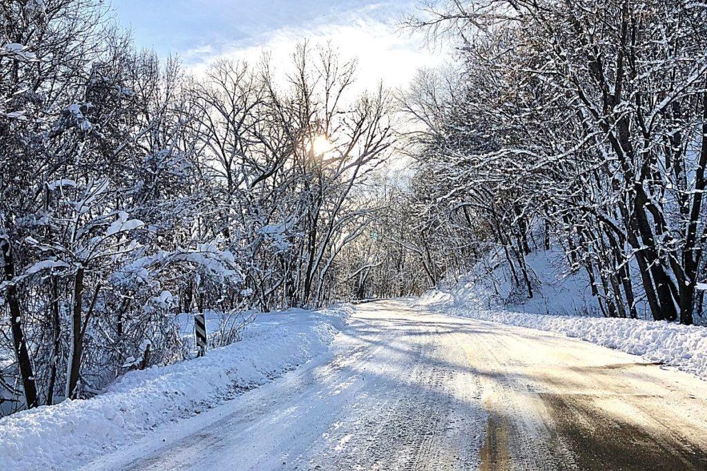 冬の朝に凍結した道路