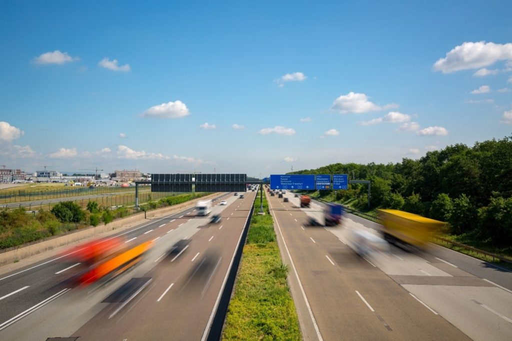 高速道を行き交う車