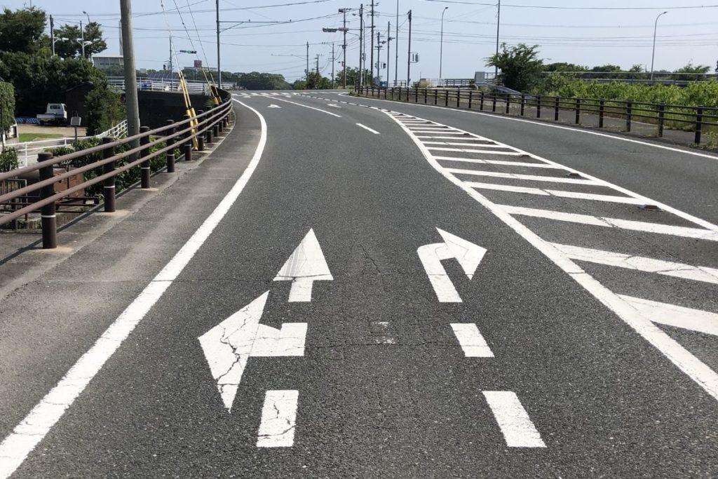 道路の右折レーンのゼブラゾーン