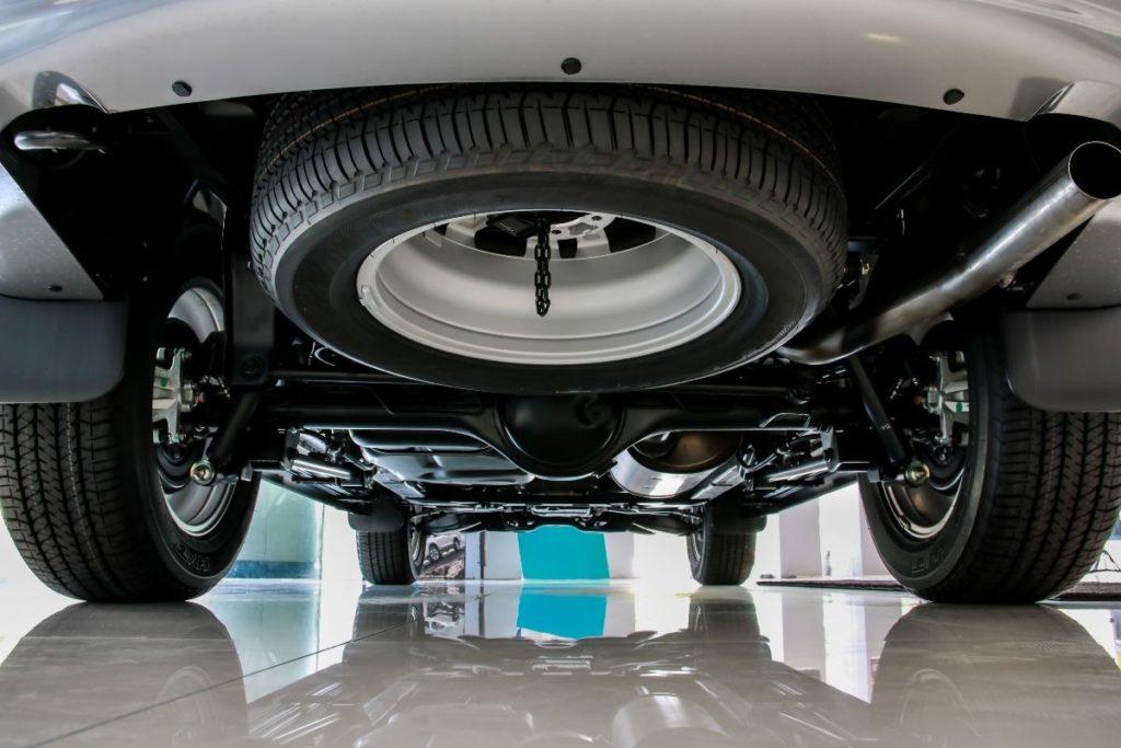 車体下に固定されたスペアタイヤ