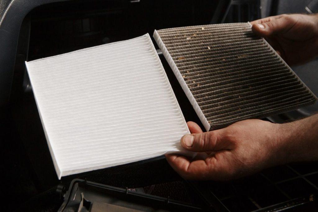 新品と汚れたエアコンフィルターの比較